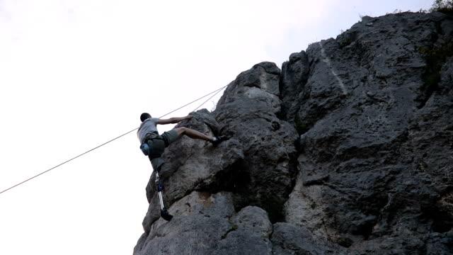 stockvideo's en b-roll-footage met handicap vent gratis klimmen - prothesen