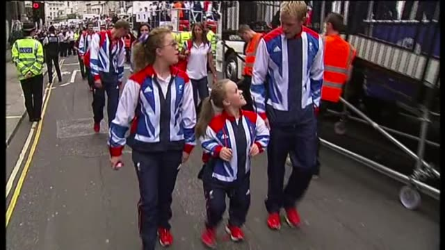 stockvideo's en b-roll-footage met london paralympics 'failed to change attitudes towards disability'; tx 10.9.2012 /t10091201 london: ext british olympics and paralympics athletes'... - itv
