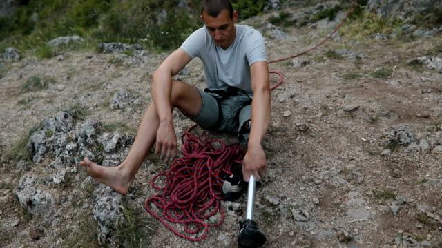 stockvideo's en b-roll-footage met arbeidsongeschiktheid man klimmer nemen van een pauze - prothesen