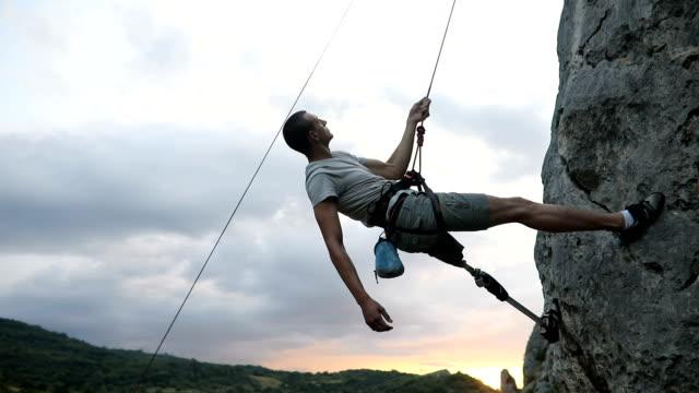 behinderung-mann alleine klettern - hängen stock-videos und b-roll-filmmaterial