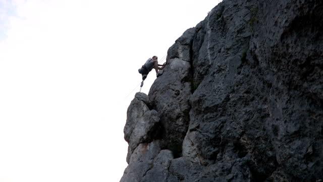 stockvideo's en b-roll-footage met arbeidsongeschiktheid man klimmen - prothesen