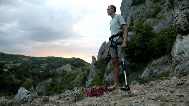 stockvideo's en b-roll-footage met arbeidsongeschiktheid man klaar klimmen - prothesen