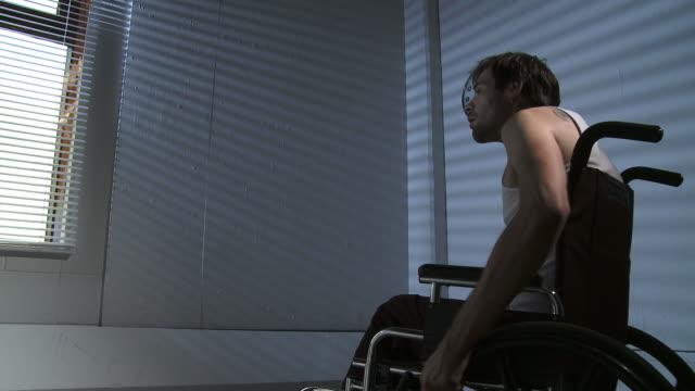 vidéos et rushes de hd : chambres accessibles aux personnes handicapées - chaise roulante