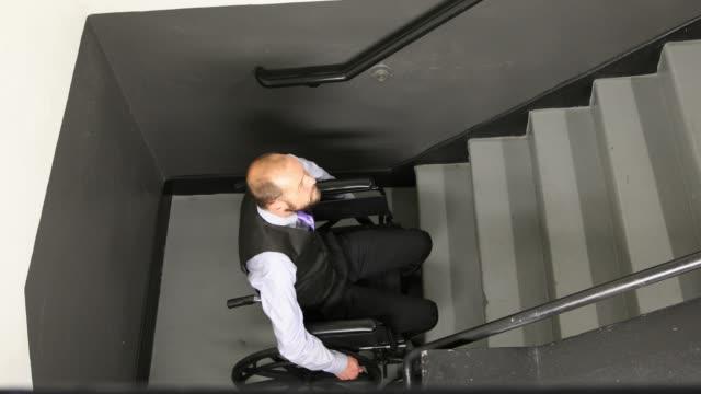 vidéos et rushes de homme et escalier aux personnes à mobilité réduite - déficiences