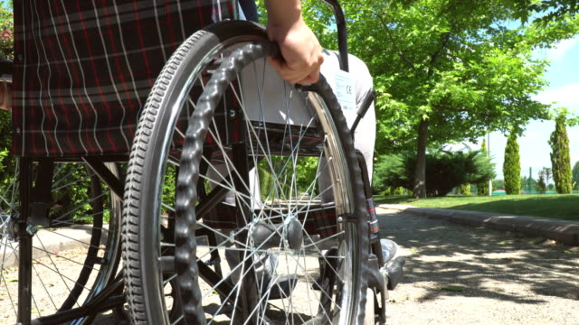 車椅子の男を無効 - 緊急用具点の映像素材/bロール