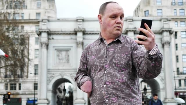 funktionshindrad person som reser och tar selfie - 45 49 år bildbanksvideor och videomaterial från bakom kulisserna