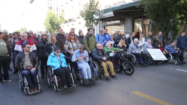vídeos y material grabado en eventos de stock de disabled persons and activists take part in a protest for disabled rights on the occasion of the international day of disabled persons in central... - hacer señas