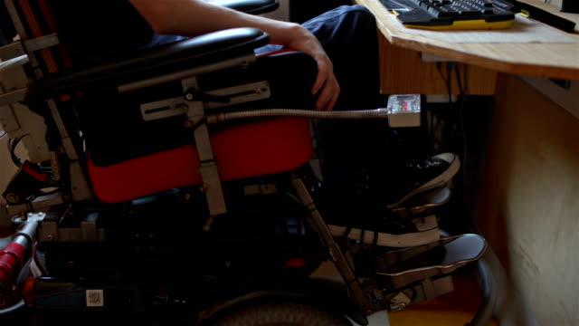 vídeos de stock e filmes b-roll de disabled young man using computer - paralisia