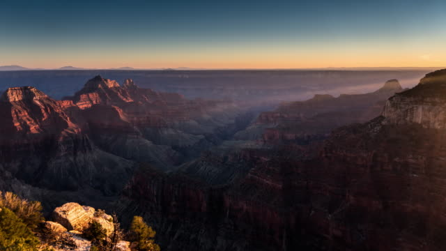 vídeos de stock e filmes b-roll de disappearing sunlight at the grand canyon - time lapse - grand canyon