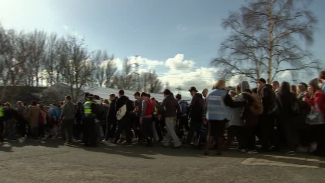 kent dartford exercise** volunteers being evacuated from building doubling as 'waterloo station' during disaster drill / police and emergency service... - evakuierung stock-videos und b-roll-filmmaterial
