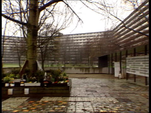 el al plane crash report itn netherlands amsterdam memorial to people killed when el al cargo plane hit block of flats with flats in b/g pan flowers... - olanda settentrionale video stock e b–roll