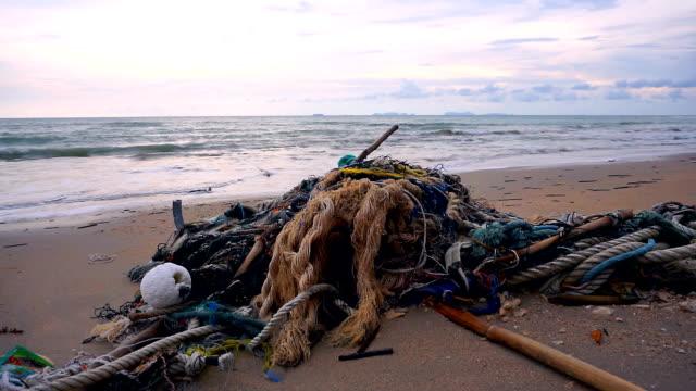 vídeos y material grabado en eventos de stock de descartadas las redes de pesca fantasma en playa contaminación ambiental daños - mar de andamán