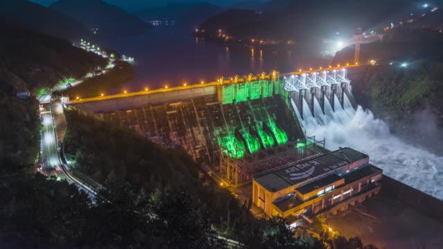 discharge of chungju dam on namhangang river at night / chungju-si, chungcheongbuk-do, south korea - wasserkraft stock-videos und b-roll-filmmaterial