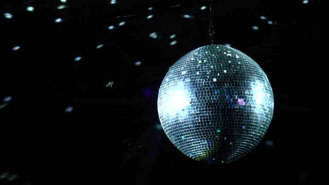 stockvideo's en b-roll-footage met disco bal in concert - zilver