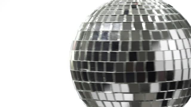 disco-kugel rotieren auf weißem hintergrund - popmusik konzert stock-videos und b-roll-filmmaterial