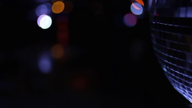 vídeos de stock e filmes b-roll de globo espelhado - bar clandestino