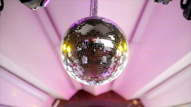 vídeos y material grabado en eventos de stock de bola del disco, cerrar - música pop