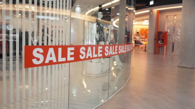 vídeos de stock, filmes e b-roll de sinal de venda de desconto em shopping center - mercado espaço de venda no varejo