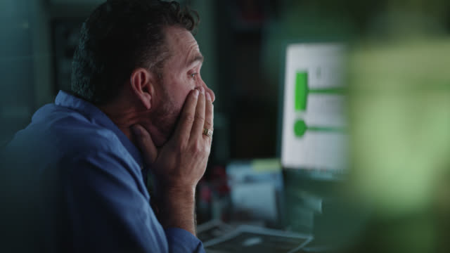 vídeos y material grabado en eventos de stock de cu discouraged businessman places face in hands, rubs eyes, shakes head while staring at computer screen - manos juntas
