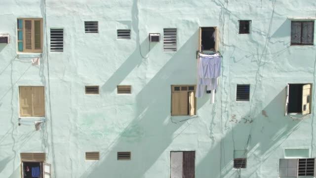 vídeos de stock, filmes e b-roll de descobrindo o colorido havana cuba windows - facade