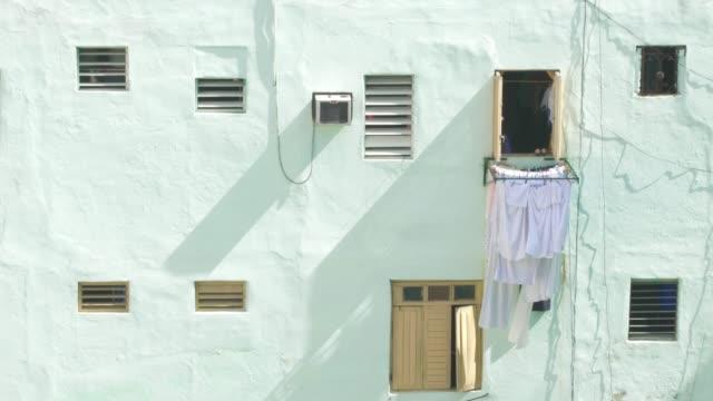 vídeos y material grabado en eventos de stock de descubrir la colorida habana cuba windows - hacer la colada