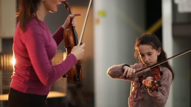 vídeos de stock e filmes b-roll de discovering new music genius - violino