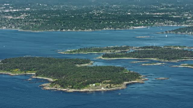 空中発見島とバック グラウンドでビクトリアの街のチャタム諸島 - カナダ ビクトリア市点の映像素材/bロール