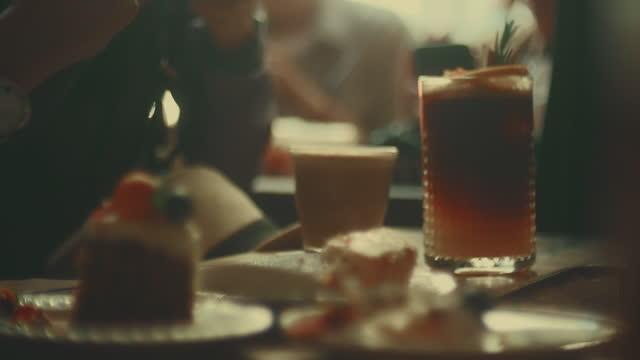 vídeos y material grabado en eventos de stock de discusión en la cafetería - cultura de café