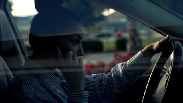 Discussione sul telefono all'interno di automobile