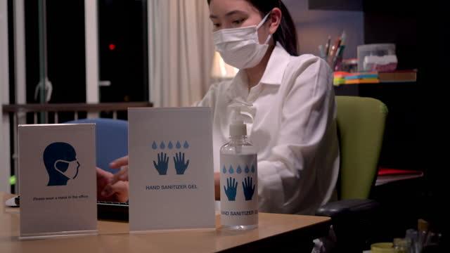 diskussionen und diskussionen im büro über neue normale maßnahmen im büro von thailand. - weibliche angestellte stock-videos und b-roll-filmmaterial