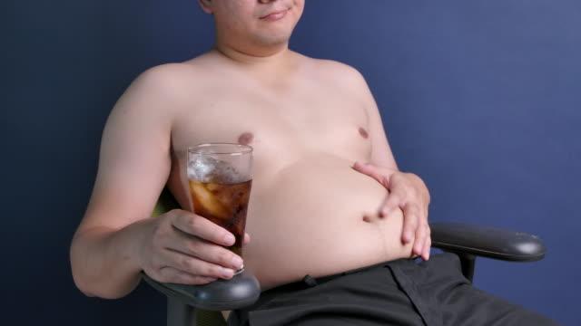 vídeos de stock e filmes b-roll de disease quarantine time, fat asian asian men stay at home. - tomada de decisão