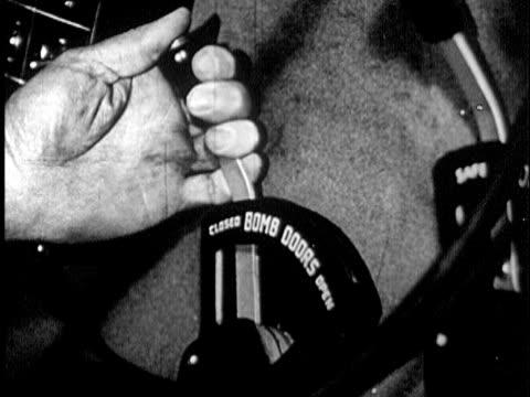 vidéos et rushes de 1947 b/w cu disembodied hand pushing lever opening bomb doors of plane / audio - levier de contrôle