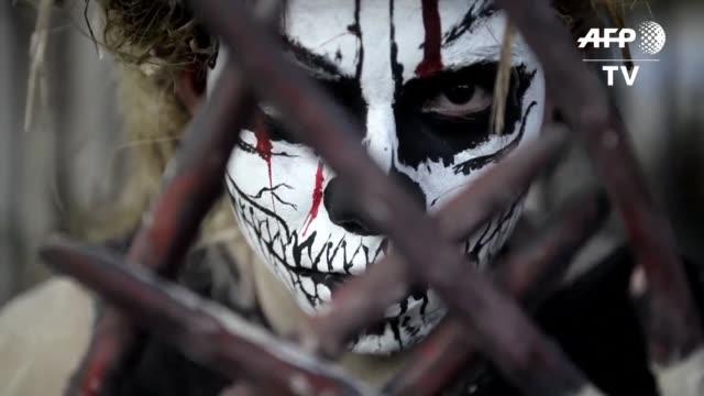 disfrazados de esqueletos y haciendo rodar tenebrosas carretas el bullicioso desfile de la calabiuza jovenes salvadorenos rinde tributo a la muerte... - rodar stock videos and b-roll footage