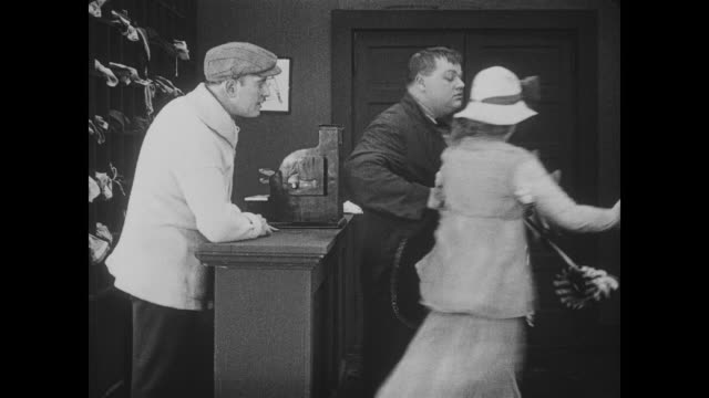 1917 disgruntled man (fatty arbuckle) steals woman's clothes in bathhouse - coney island stock-videos und b-roll-filmmaterial