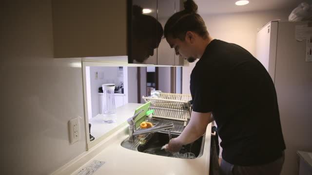 dish washing man - 皿洗い点の映像素材/bロール