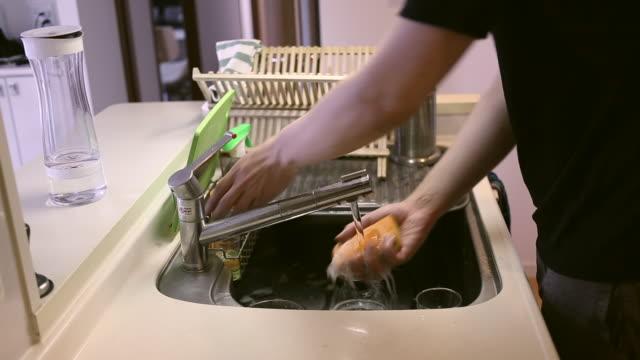 dish washing man - キッチンシンク点の映像素材/bロール