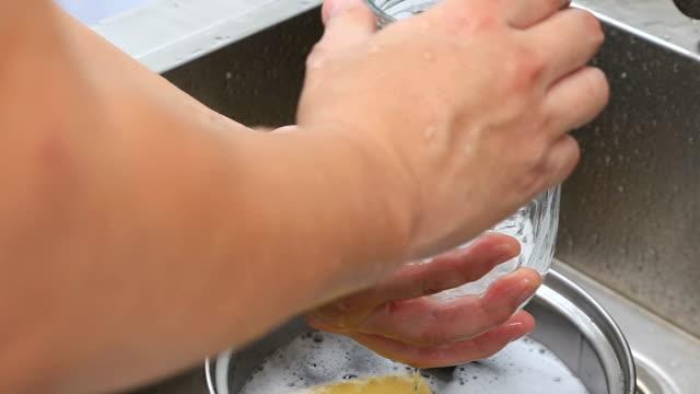 vídeos y material grabado en eventos de stock de lavado de platos - brazo humano