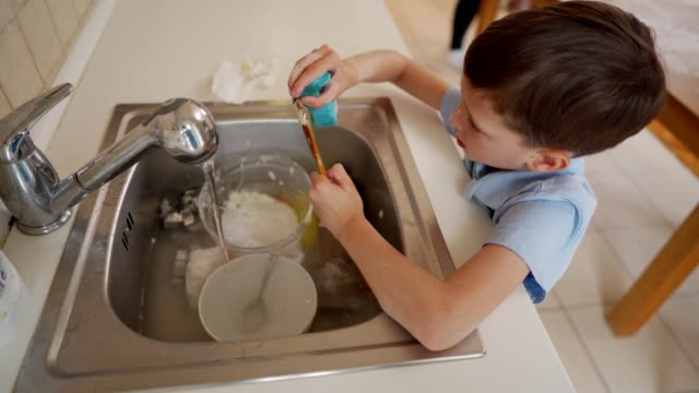 vídeos de stock e filmes b-roll de dishes will be super clean when i'm done - lava loiças