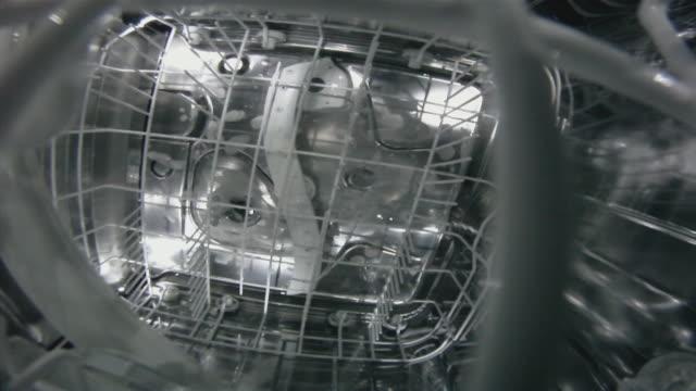 geschirrspüler in aktion. - spülmaschine stock-videos und b-roll-filmmaterial