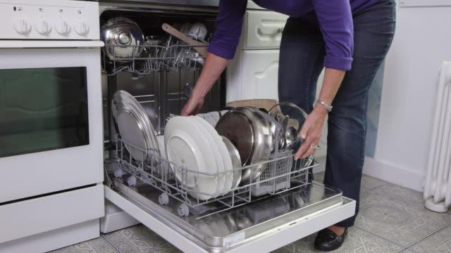 geschirrspüler - spülmaschine stock-videos und b-roll-filmmaterial