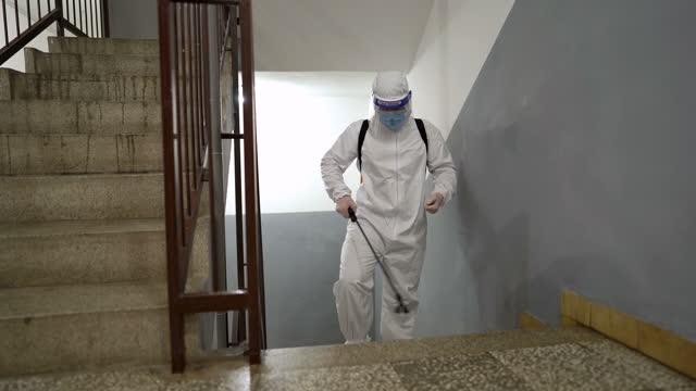 stockvideo's en b-roll-footage met desinfecteren van de gangen en trappen van de bouw - uniform