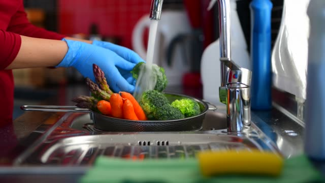 covid-19コロナウイルス中の食料品の消毒 - 酢点の映像素材/bロール