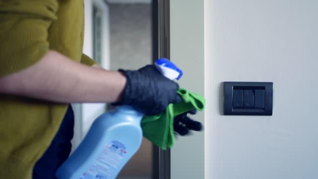 vídeos de stock e filmes b-roll de disinfecting light switches - epidemiologia