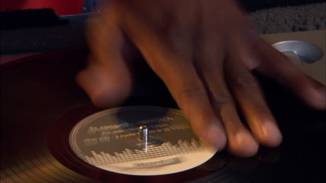 stockvideo's en b-roll-footage met a disk jockey dj. - draaitafel