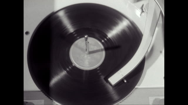 vidéos et rushes de cu disk spinning on record player / united states - platine de disque vinyle
