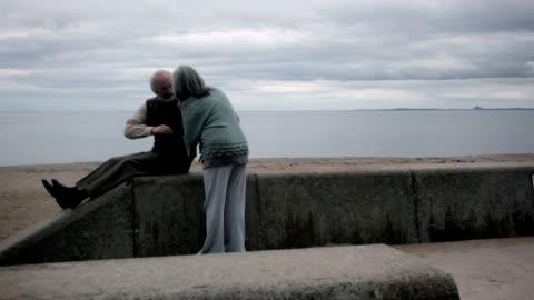 vídeos y material grabado en eventos de stock de disorientating relación - enfermedad de alzheimer