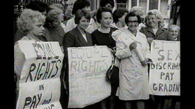 vidéos et rushes de disparity still exists regarding equal pay for men and women managers; tx 28.6.1968 / 130581 england: london: westminster: ext b/w group of dagenham... - genre de la personne