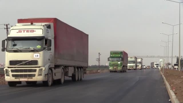 dispatched at least 106 truckloads of humanitarian aid for war-weary displaced civilians of northwestern idlib city of syria on january 09, 2020. the... - turkiet bildbanksvideor och videomaterial från bakom kulisserna