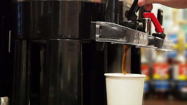 kaffee spenden - ausgusstülle stock-videos und b-roll-filmmaterial