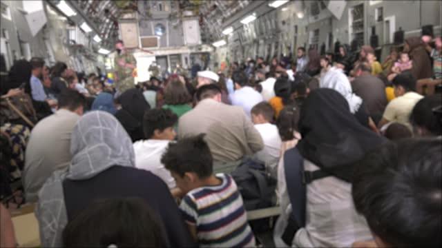 vídeos y material grabado en eventos de stock de displaced afghan civilians at hamid karzai international airport as uk armed forces support the withdrawal of afghan civilians from afghanistan as... - kabul